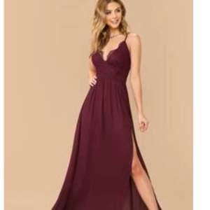 Det är storlek S, rödvin klänning med en öppning vid ena benet. Endast öppnat ej använt eller testat. Pris diskuteras vid snabb köp