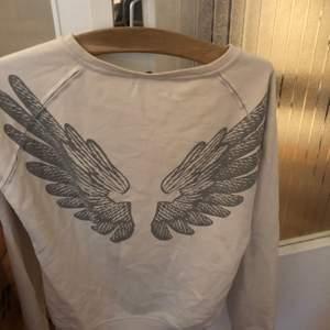 Off white tröja med vingar på ryggen str S XS