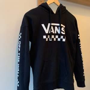 En fin svart hoodie från Vans, använd några få gånger, säljer pga att jag rensar min garderob. Ordinarie pris: 357kr Storlek: xs Hör av er vid intresse eller för mer bilder♡  Pris är exklusive frakt. Frakt kostar 44kr