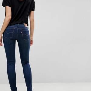 Svin snygga levis jeans i en mörkare blå som är helt nya, sitter som 32-34, original pris 1200kr men säljer för 400kr + frakt