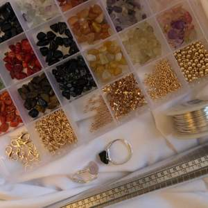 Handgjorda ringar 😍 tråden som jag använder är silverpläterad och nickelsäker. 👉🏽 för att se vilka kristaller som finns att välja på. Beställ genom att välja färg på kristallen eller kristallerna ifall du vill ha flera. Skriv sedan storleken du vill ja på ringen. Men hur vet jag vilken storlek jag ska ha? Då mäter du antingen omkretsen runt ditt finger eller så mäter du ut diametern på en ring du har som passar bra, båda i mm. Båda alternativen fungerar för att jag skall veta hur stor jag skall göra ringen 😍🙌🏽  priset är 1 för 40 kr, 2 för 70 kr, 3 för 100 kr och 4 för 120 kr. ❤️ kramar