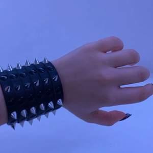 Ett fint nit armband, skriv gärna om du är intresserad 🤍✨🖤 orginalpris: runt 200kr (minns inte exakt)