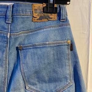 Jeans från crocker i slim modell men de är något vidare nertill. Väl använda men fortfarande i bra skick förutom lappen på baksidan som spruckit (bild 1)
