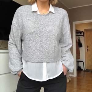 En stilren, klassisk grå tröja från Stradivarius. Mycket skönt material och snygg att ha ovanpå en skjorta (se bild 1). Inköpt för 3 år sedan, använd ett antal gånger.