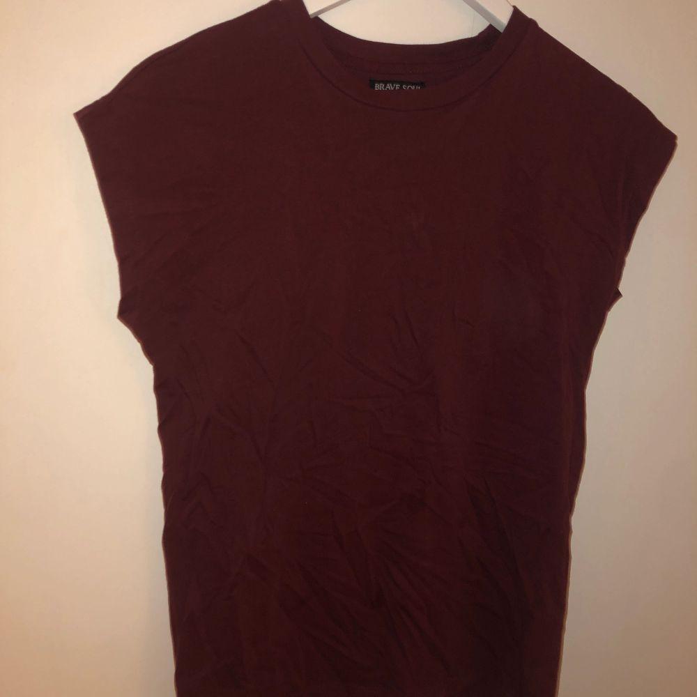Vinröd T-shirt med korta ärmar så tröjan blir rätt rak liksom. Tröjan är bara använd en gång då den inte är min stil. T-shirts.