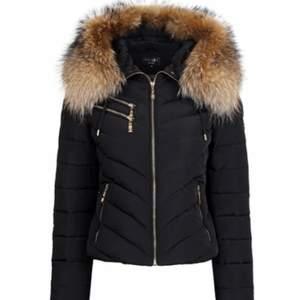 Har en hollies jacka i mörkblå, använd en vinter och i bra skick!