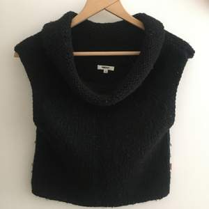 Snygg stickad tröja från DKNY. Perfekt till sommarkvällarna. Kliar inte!