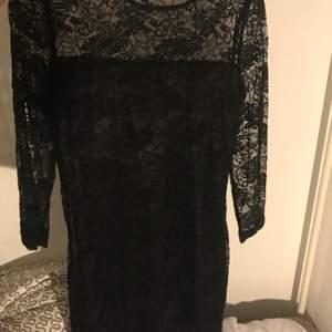 En svart spetsig klänning som sitter perfekt på kroppen. Från Lindex. Säljs bara i Helsingborg