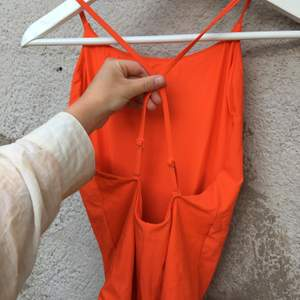 Orange baddräkt från weekday. Den är i nyskick och självklart nytvättad! Köparen står för frakt 📦