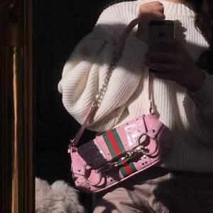 Mkt fin handväska i jättebra skick 😊 finns en liten fläck på baksidan men inget som man tänker på! 😊