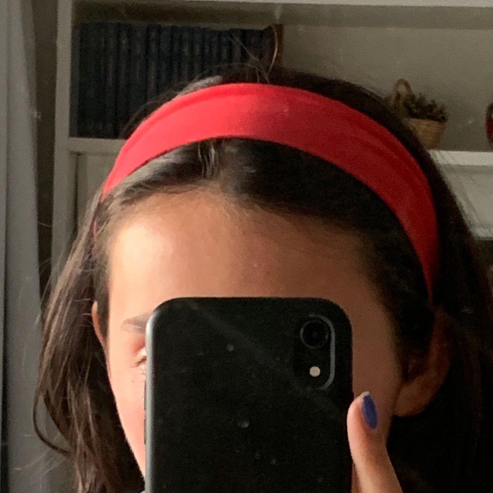 Elastiskt snyggt hårband sytt av mig❤️💋🌹🍓🍒📕☎️ i bra skick, oanvänt.🌈 OBS: slut i rött men kan göra i andra färger också!. Accessoarer.