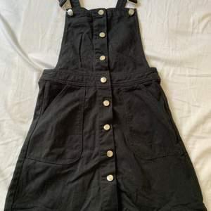 Svart jeans klänning i storlek 36. Köparen står för frakten!💫