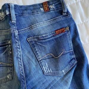 Hej jag säljer ett par välanvända jeans som har lagats men har nya hål. Från 7 for all mankind. Svin snygga i storlek 24. Säljer för 100kr ink frakt.