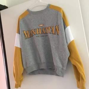 Tröja från h&m st XS men hade säkert passa som s. Säljer denna tröja för den är inte direkt min stil använt den typ 1/2 gånger fortfarande len på insidan. 50kr + frakt