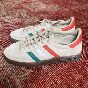 Sneakers i mocka från Adidas. Mycket bra skick, köpta för 899SEK augusti 2019.