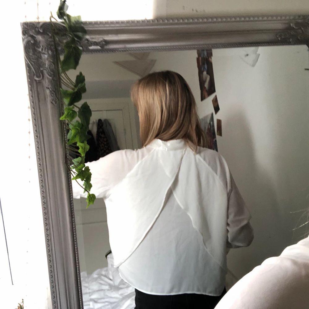 Supersnygg vit blus från Chiquelle! Väldigt lätt och väldigt skön, aldrig använd! Kan mötas upp i Malmö annars står köparen för frakt❤️. Toppar.