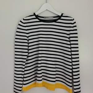 Fin svart- och vitrandig tröja från Vero Moda med gula detaljer. Endast använd en gång då det är fel storlek för mig. Storlek xs, 160kr + frakt