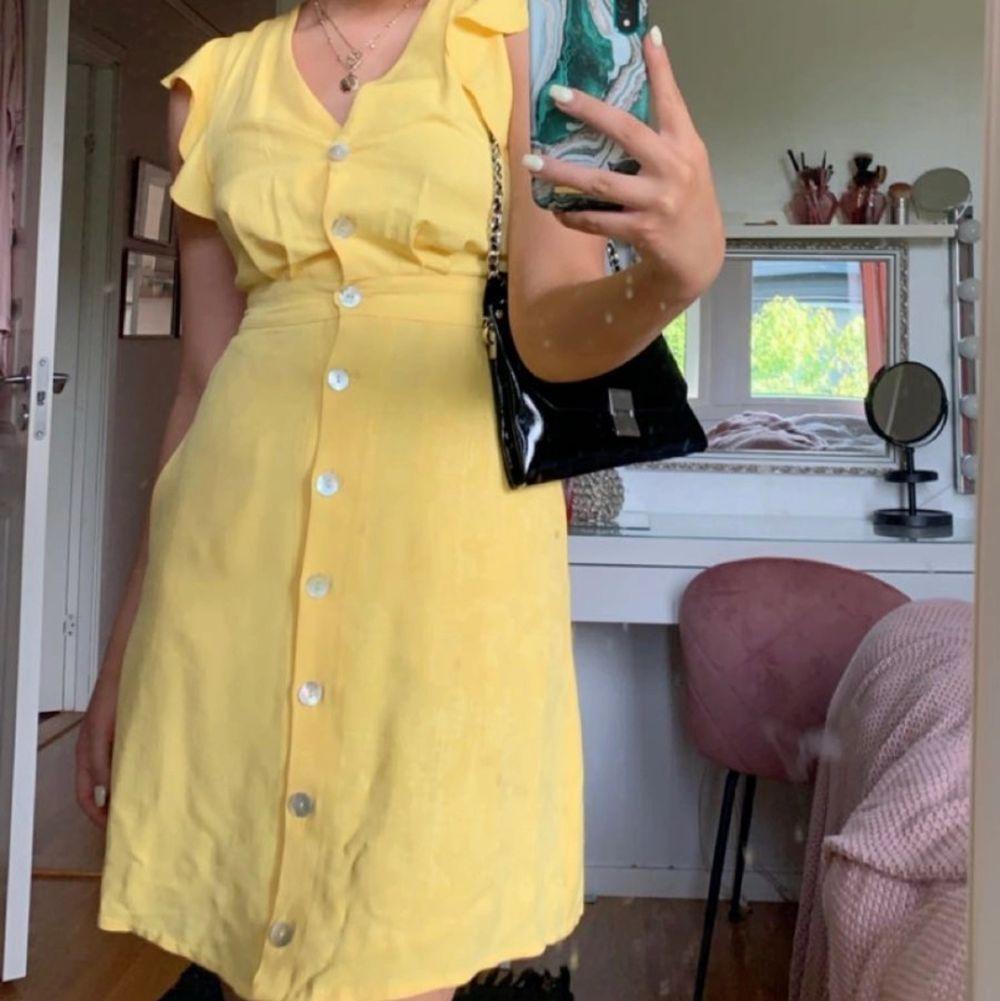Sjuk söt klänning från mango , Storlek s och säljer för 250kr+ frakt . Klänningar.