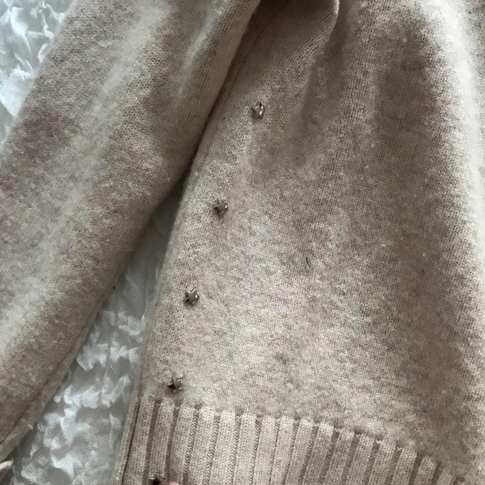 Jättefin stickad tröja från Hunkydory, köpt i Göteborg för ca 1000kr. Fint skick och har små silver stjärnor på sidan💓. Stickat.