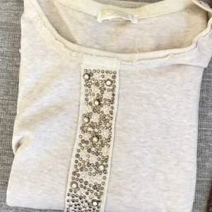 Snygg beige tröja med guld detaljer. Snygg passform med snygga sömmar/detaljer. Från Scotch and soda. Nypris 1200:-. Varsamt använd. Säljs för 250:-. Kan hämtas i Jönköping, Göteborg eller Falkenberg, annars tillkommer frakt.