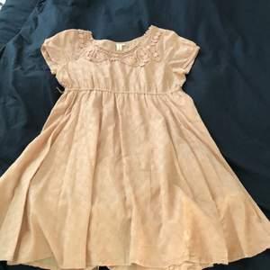 Rosa/beige klänning från 365 sun shine i storlek 42. Bra skick! Köparen står för frakt!