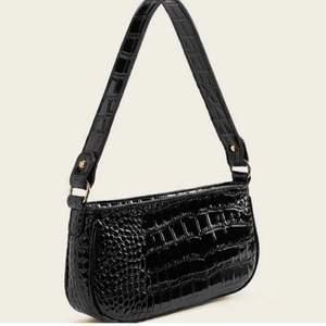 Intresskoll för denna axelremväska💖 Väska kommer inte till användning då säljer till ngn som mer behöver än mig💖 Fler intresserad blir en budgivning💖 Den högsta budet vann💖