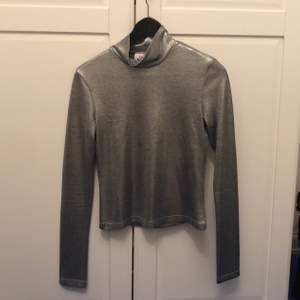 silverglansig polotröja från cheap monday, 100kr inklusive frakt, kan skicka fler bilder vid intresse