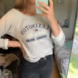 Säljer den här fina tröjan av märket Lexington då det inte är min stil längre. Den är något kort i armarna men det är ändå snyggare att vika upp så det gör inte så mycket. I övrigt i väldigt bra skick, köparen står för frakt! 🌼