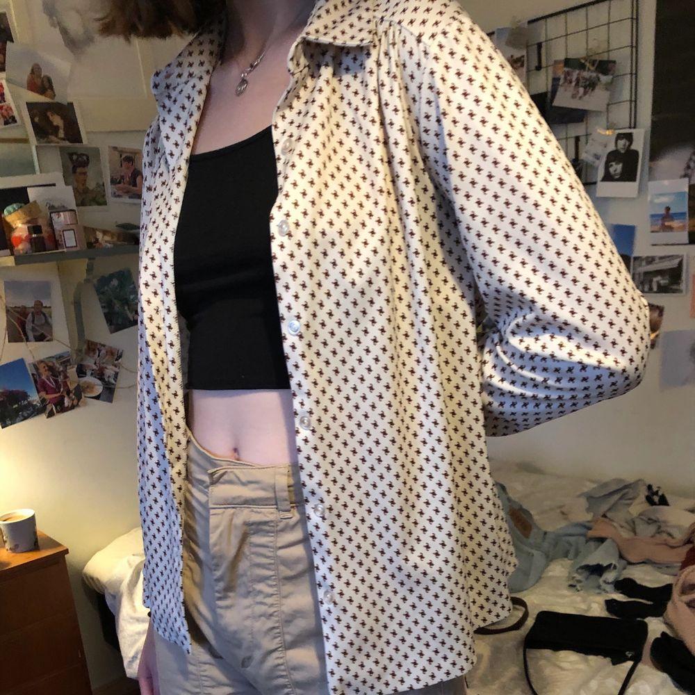 En mönstrad vintage skjorta köpt på second hand 💛🧡❤️. Skjortor.