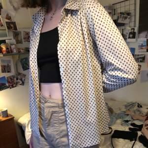 En mönstrad vintage skjorta köpt på second hand 💛🧡❤️