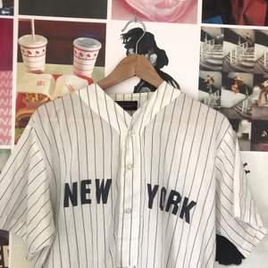 Köpt 2hand, storlek M. Skjortan är öppen på sidorna och ganska lång!