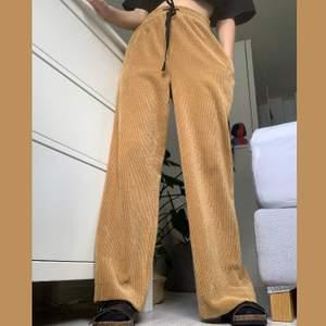 Säljer dessa sjukt coola och sköna vida byxorna från zara. Aldrig använda så helt nyskick! Frakt tillkommer