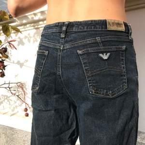 Mörkblå jeans från Armani i stuprörsmodell. Köpta second hand och är i fint skick! Sitter bra men mer upp i midjan på mig som är en M/L, jämfört med passformen på bilderna. Frakt inkluderad i priset!
