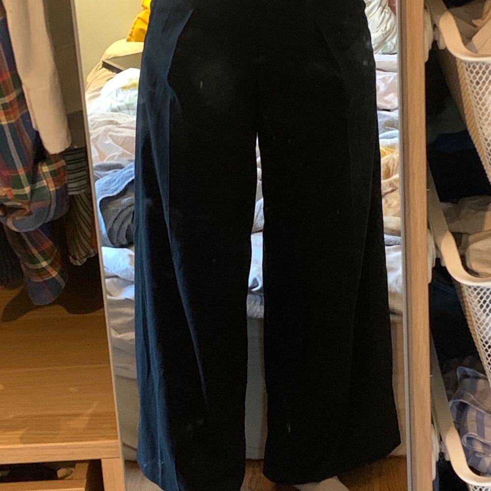 Snygga svarta wideleg kostymbyxor från Carin Wester. Säljer eftersom jag aldrig använder dom! Frakt tillkommer✨🧚🍄. Jeans & Byxor.