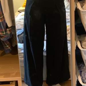 Snygga svarta wideleg kostymbyxor från Carin Wester. Säljer eftersom jag aldrig använder dom! Frakt tillkommer✨🧚🍄
