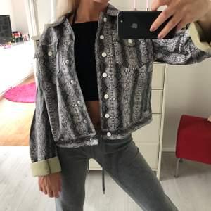 Säljer denna sjukt coola jackan från Asos. Den är bara använd 1 gång då den var lite stor på mig. Frakt ingår i priset