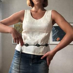 """En jättefin vintage topp i vitt tyg med elefantdetaljer och lite utav en 90s fit. Perfekt för den där Julia Roberts looken från """"Notting Hill"""". Jag är en storlek 36/38 och den passar nog bäst en 34/36 pga lite tight över bröstet."""