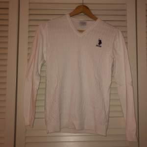 Säljer denna jätte snygga polo tröjan som kan vara fin nu till sommaren med en golf kjol. Otroligt bekväm och skön. Skriv för fler bilder
