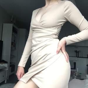 Säljer denna superfina klänning från Nelly då den inte kommer till användning. Den har storlek S men skulle säga att den passar även som en XS då den sitter åt lite tightare.