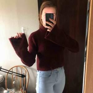Stickad kort tröja med långa ärmar och halvpolo.  Frakt tillkommer! Möts gärna i Sthlm :)