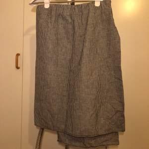 Jättefin kjol från hope, storlek 40! Rutig. Kan mötas upp i Lund och Malmö, även posta och då tillkommer fraktkostnad!