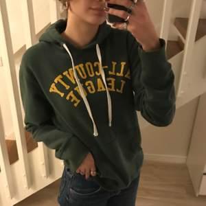 """Säljer min gröna jätte fina hoodie! Den är super mysig och älskar verkligen färgen. Bokstäverna på trycket är lite spruckna med tycker man får mer """"vintage vibes"""" utav det! Kontakta för mer info💚💚💛"""