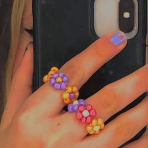 Fina väl gjorda hemma gjorda ringar, inget som skaver o dem innehåller inget nickel🤝Det är stretchig tråd så dem passar alla fingrar, men om det är nåt önskemål på ännu mindre kan det fixas 🍄