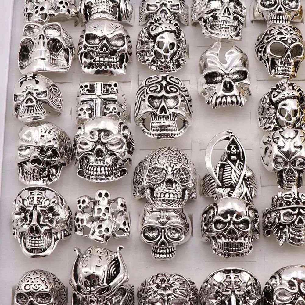 Silver skull rings in different sizes. . Accessoarer.