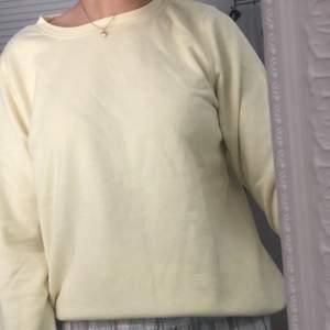 gul sweatshirt, tycker att den är mer gul i verkligheten. frakt tilkommer❤️