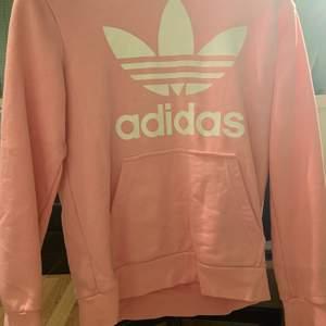 Rosa adidas hoodie. En ficka. Köpt på kidsbrandstore använd ett fåtal gånger. Storlek 158 cm. Pris 200 + frakt