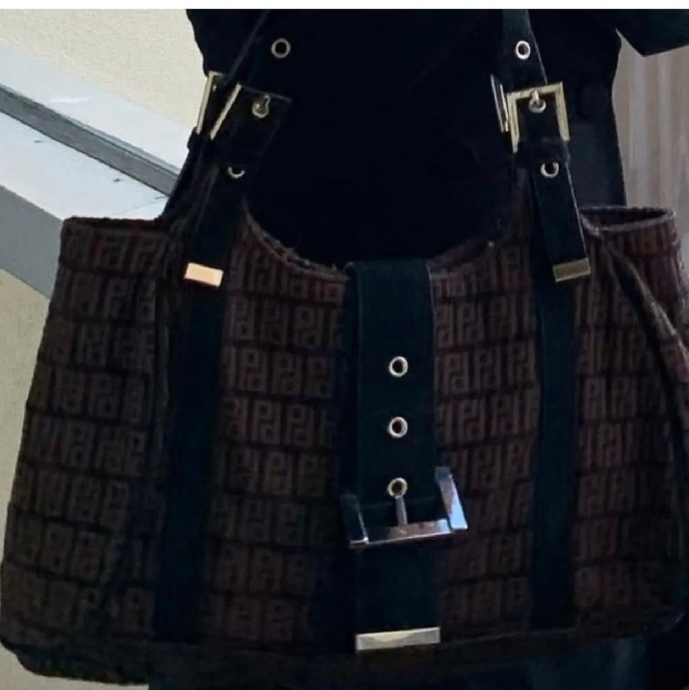Nu säljer jag min knappt använda Fendi inspirerande väska! Använd 1 utgång! Buda! Jag kan mötas upp och frakta! Perfekt storlek!. Väskor.