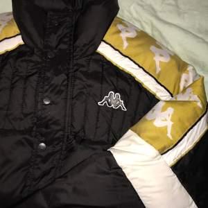 Säljer min otroligt feta kappa puffer jacket 😭 den är använd till och från under förra vintern, men i otroligt bra skick. Älskar den men den kommer inte till användning och tar upp plats i en trång garderob så jag hoppas att den kommer bli älskad som den förtjänar hos någon annan. 💞 vid flera intresserade kör vi budgivning!