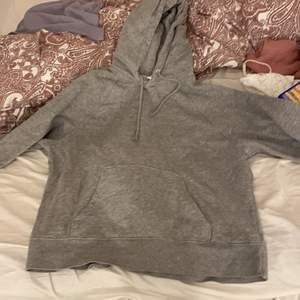 Säljer denna oversized hoodie. Köpt på hm. I väldigt bra skick💗