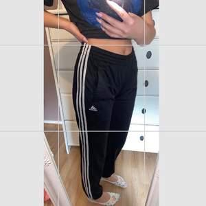 Adidas träningsbyxor/mjukisbyxor. Passar perfekt på mig som har S i byxor, är 160cm lång och de sitter perfekt i längden också. Lite pösigare nere vid anklarna. Skicka pm för mer beskrivning/bilder